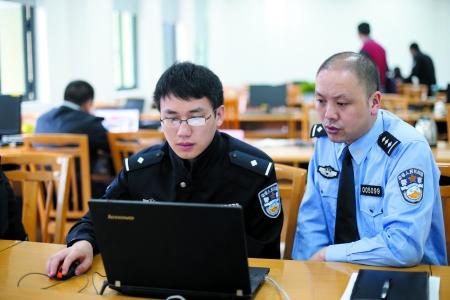 昨日,市刑侦总队民警在分析升级版QQ诈骗案件网络线索。市刑侦总队供图